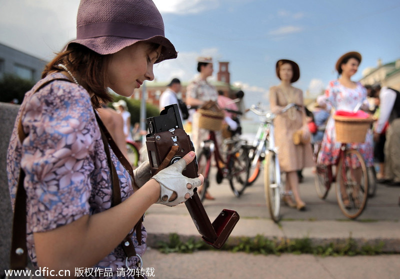 Dressed in vintage clothes, participants in St. Petersburg, Russia, ride on vintage bicycles during this year's Five Bridge Tweed Run ۸